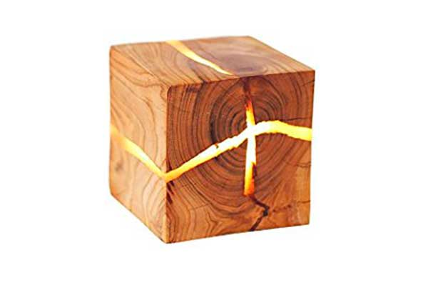 Lámpara de pared de madera con grietas