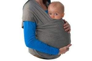 Mujer con bebe usando Envolturas para bebés